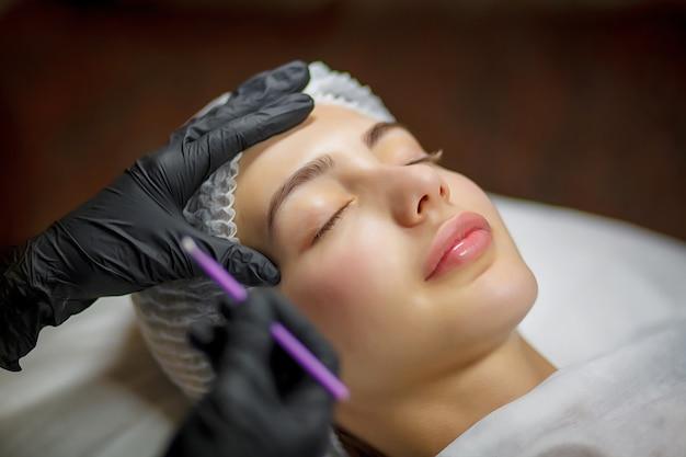 Procedura di eyeliner per il trucco permanente