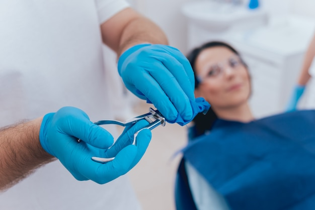 Procedura di installazione di cofferdam per odontoiatria. moderno trattamento dentale