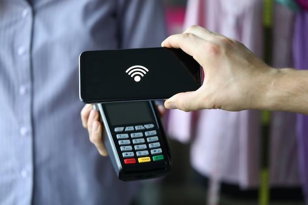 Procedura di pagamento elettronico presso il negozio e il supermercato