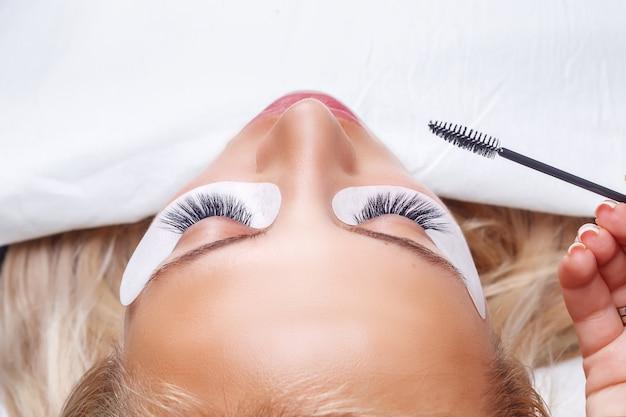 Procedura per l'estensione delle ciglia. occhio di donna con lunghe ciglia. ciglia, da vicino,