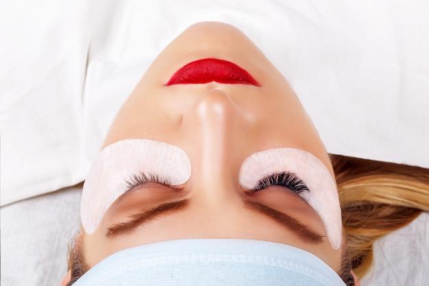 Procedura per l'estensione delle ciglia. occhio di donna con lunghe ciglia. lashes