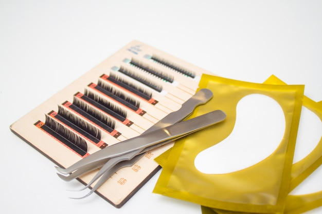 Procedura per l'estensione delle ciglia. strumenti per l'estensione delle ciglia. colla, pinzette.
