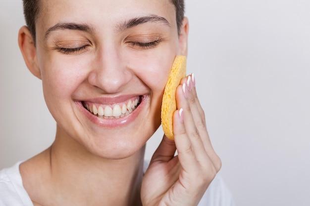 Processo di applicazione del prodotto per la cura della pelle del viso