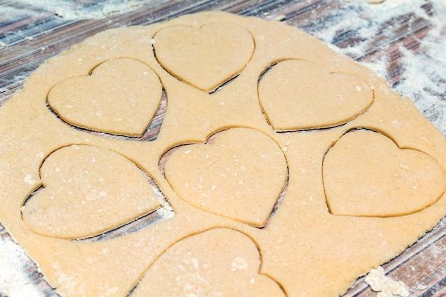 Processo di cottura dei biscotti a forma di cuore.