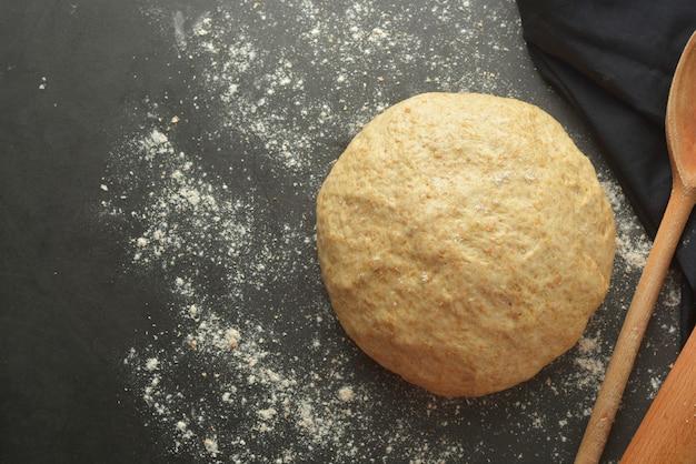 Processo di cottura in pasta per cottura di pane, pizza italiana, pasta o altra pasticceria. disteso.