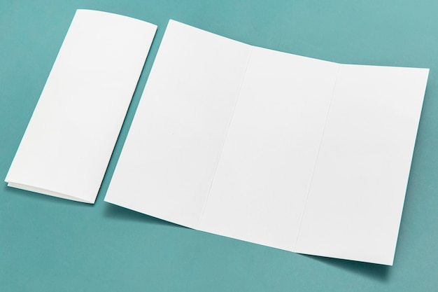 Processo di creazione di brochure ad alto angolo