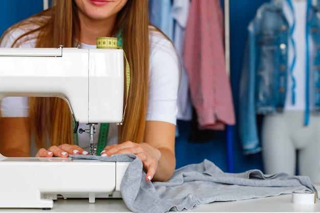 Processo di cucitura sulla vista da vicino della macchina da cucire