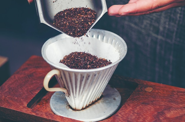 Processo di filtrazione del caffè gocciolante, immagine del filtro vintage