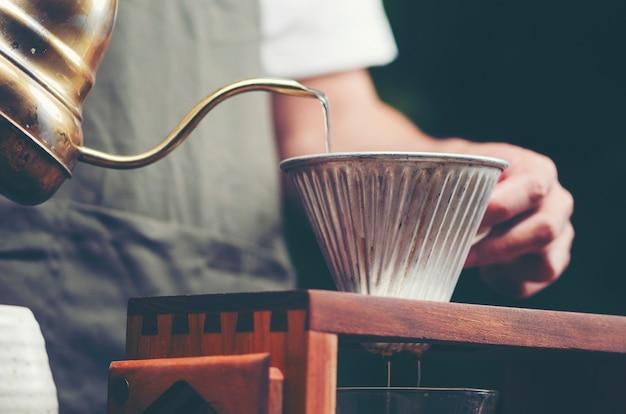 Processo di gocciolamento del caffè, immagine del filtro vintage