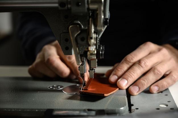 Processo di lavorazione dell'artigiano del cuoio