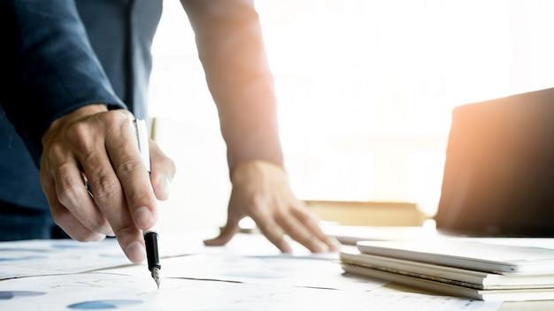 Processo di lavoro di gruppo. team di giovani manager aziendali che lavorano con un nuovo progetto di avvio. labtop sul tavolo di legno, tastiera di digitazione, messaggio di testo, analisi dei piani del grafico.