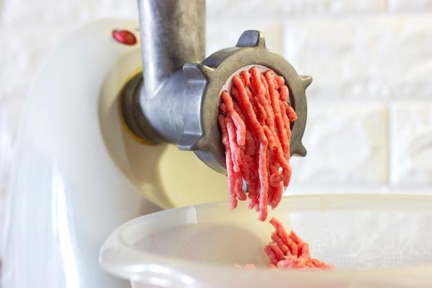 Processo di macinazione della carne rossa fresca dalla tritacarne
