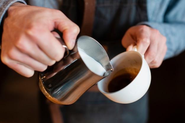 Processo di preparazione del caffè del primo piano