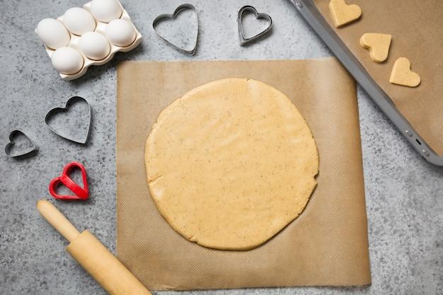 Processo di produzione di biscotti fatti in casa per san valentino.