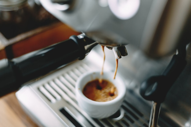Processo di produzione di caffè espresso classico in macchina