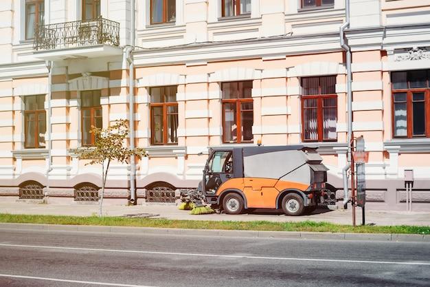 Processo di pulizia della città di strada con moderna macchina per la pulizia