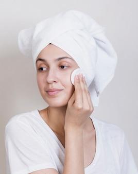 Processo di pulizia viso bella donna