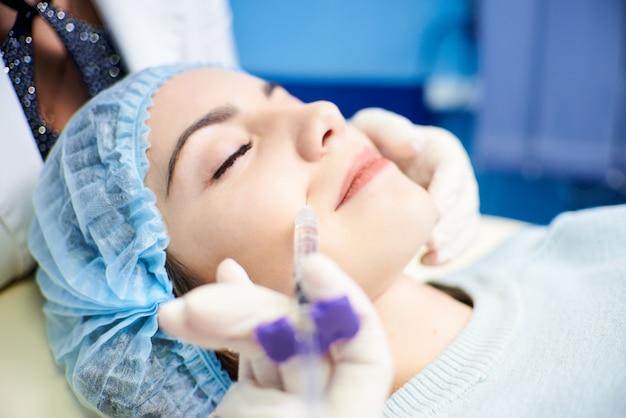Processo di trattamento del viso. il concetto di trattamento e cura della pelle