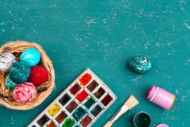 Processo di verniciatura delle uova di pasqua. prepararsi per la pasqua. sfondo