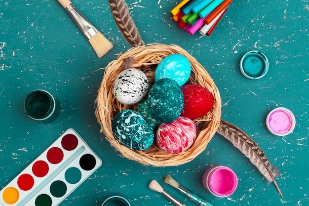 Processo di verniciatura delle uova di pasqua. prepararsi per la pasqua.