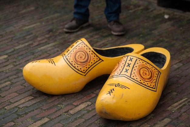 Processo tradizionale di creazione di zoccoli olandesi in zaanse schans