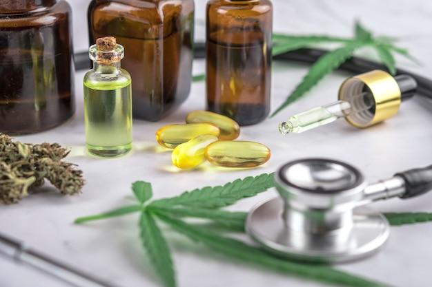 Prodotti a base di cannabis assortiti, pillole e olio cbd su un foglio di prescrizione medica