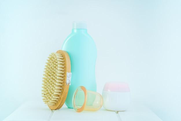 Prodotti anticellulite per la prevenzione e il trattamento della cellulite e per il massaggio del corpo con una spazzola di legno asciutta e lattine sottovuoto