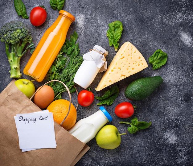 Prodotti biologici salutari con sacchetto di carta