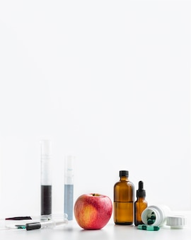 Prodotti chimici di vista frontale e spazio della copia della mela