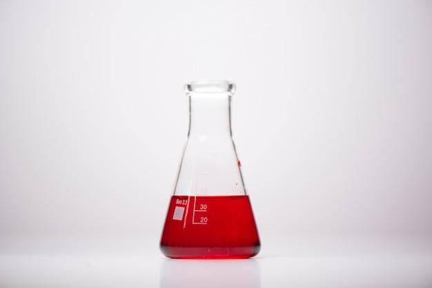 Prodotti chimici in contenitori di vetro nei laboratori