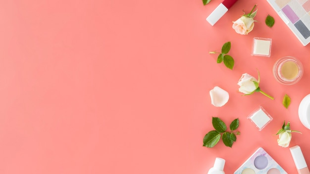 Prodotti cosmetici di bellezza e rose con copia-spazio