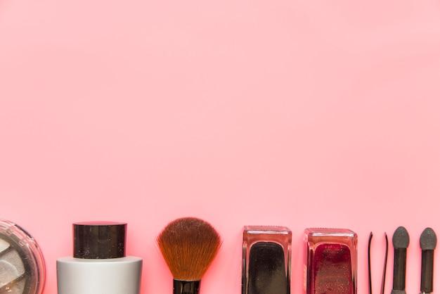 Prodotti cosmetici idratanti su sfondo rosa