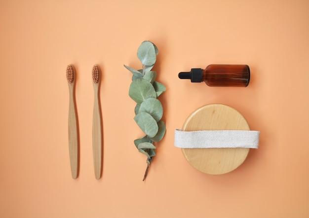 Prodotti cosmetici naturali biologici termali, accessori per il bagno ecologici, foglie di eucalipto. sfondo spa. concetto di cura della pelle su sfondo bianco. lay piatto. vista dall'alto.