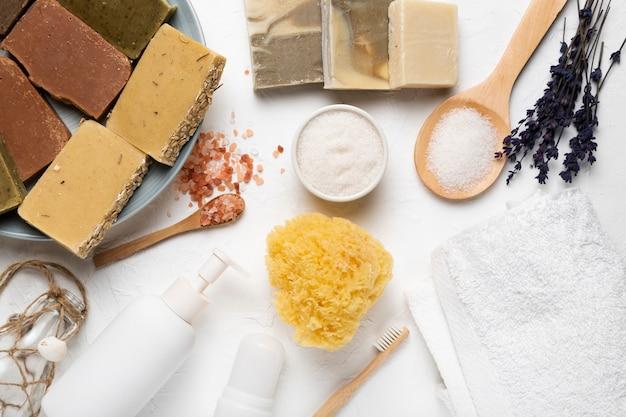 Prodotti cosmetici per la cura della pelle e balsamici