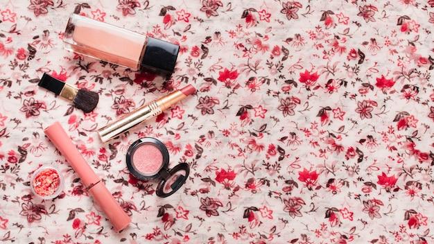 Prodotti cosmetici su tessuto colorato brillante