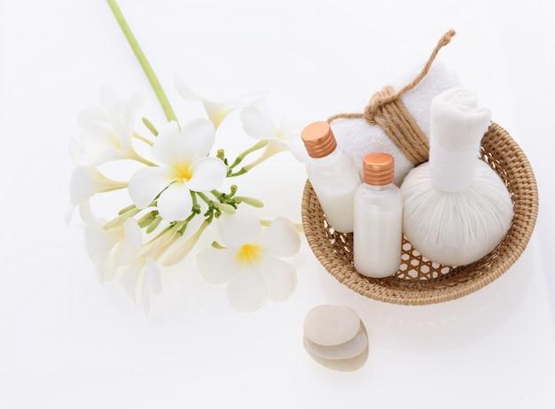 Prodotti da bagno e trattamento per la cura della pelle con plumeria spa fiore su bianco