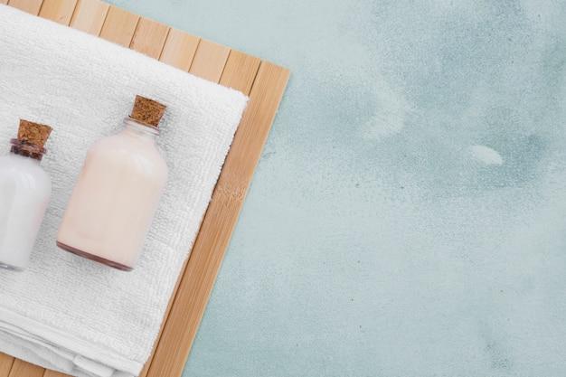 Prodotti da bagno su asciugamano con spazio di copia
