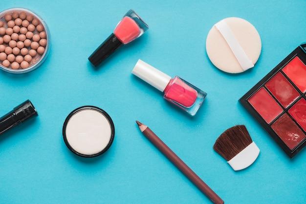Prodotti di bellezza cosmetici su sfondo blu