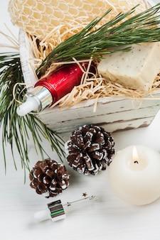 Prodotti di bellezza e cosmetici con decorazioni natalizie