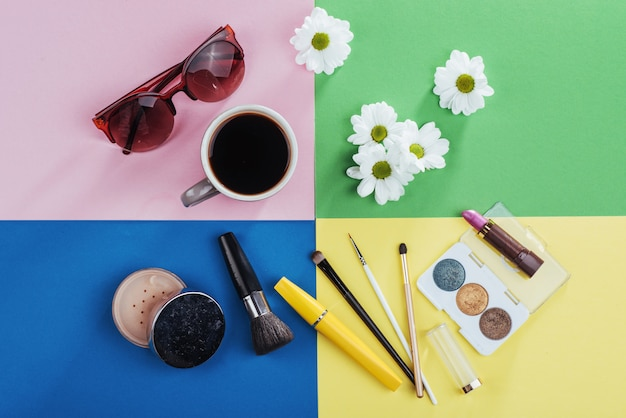 Prodotti di bellezza kvitomy bianco e caffè su un colorato