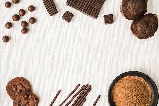 Prodotti di cacao su fondo strutturato in legno
