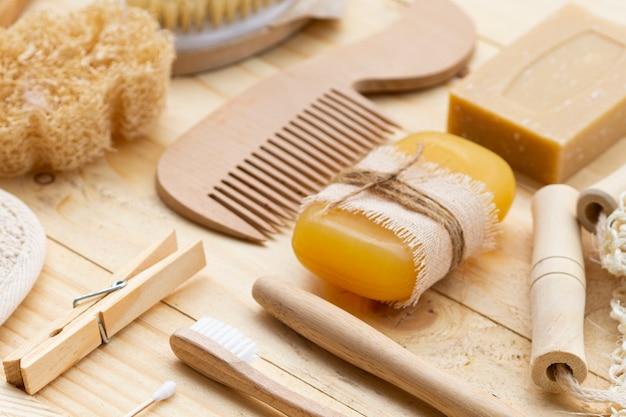 Prodotti di cura dell'angolo alto sulla tavola di legno