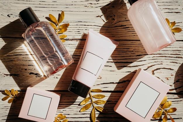 Prodotti di erbe dermatologia spa su sfondo rosa
