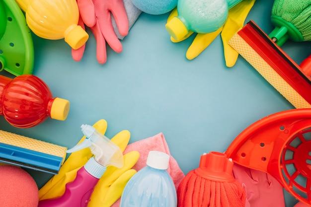 Prodotti di pulizia e spazio in mezzo