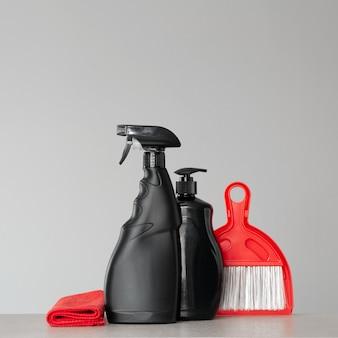 Prodotti di pulizia neri e strumenti di pulizia rossi