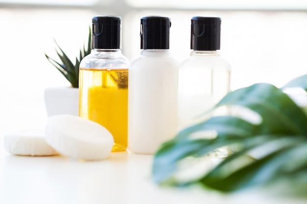 Prodotti e cosmetici per il benessere. spa natura morta con fiori di rosa e olii essenziali