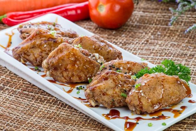 Prodotti fast food ali di pollo fritto in pastella
