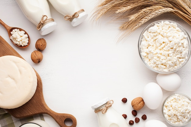 Prodotti lattiero-caseari e cornice di cereali