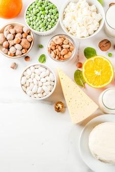Prodotti lattiero-caseari e vegani ca sfondo di marmo bianco