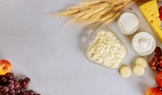 Prodotti lattiero-caseari kosher e frutta per festeggiare